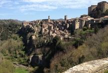 Sorano ( 40 km ) / Abbarbicata sui roccioni di tufo: qualcuno l'ha definita la Matera della Toscana