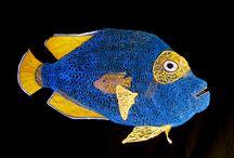 """""""Aquarium"""" / Installation composée de  poissons, méduses et sirènes  réalisés en fils de différentes couleurs , suspendus à des structures mobiles , mise en lumière avec ambiance sonore."""