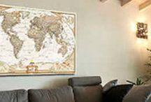 Ιδέες διακόσμησης με χάρτες / Χάρτες τοίχου Ενδεικτικές τιμές για διάσταση: 70 X 100 cm Σε χαρτί Πόστερ Τιμή: 16 € (χωρίς κορνίζα)  Σε αυτοκόλλητο βυνίλιο τοίχου Τιμή: 19 € Σε υφασμάτινη αυτοκόλλητη ταπετσαρία τοίχου Τιμή: 25 € Σε τελαρωμένο Καμβά Τιμή: 55 €