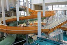 AquaPalota / A Gyulai Várfürdő új, 2013 év végén megnyíló, létesítménye a Dél-Alföld élményekben leggazdagabb víziparadicsomát hozza el. Káprázatos méretei – 6338m2 összterületből 894m2 vízfelület – miatt joggal mondható, hogy az AquaPalota a Várfürdő legcsillogóbb gyémántköve.