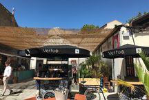 Nespresso | Rencontres d'Arles | Juillet 2017 / À l'occasion du partenariat entre Nespresso et les Rencontres de la Photographie d'Arles, le Studio imagine toute la scénographie d'un café éphémère où se détendre et s'offrir un café Vertuo au sein du triporteur, customisé pour l'occasion par l'artiste Andréa Ho Posani. Les festivaliers y sont également invités à découvrir les oeuvres d'artistes sud-américains, en accord avec le thème de l'édition 2017 des Rencontres.
