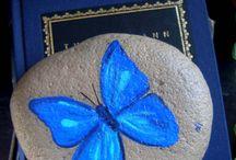 mariposas pintadas en piedra..