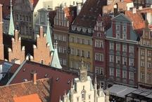 Wroclaw / Wrocław har alla de fördelar som bör känneteckna ett bra turistcentrum - dvs ett vackert läge, milt klimat, praktfulla minnesmärken och gästfria invånare. Staden ligger mitt på Slaska-slätten där floden Öder förgrenar sig i bifloder och därigenom skapar tolv stora och små öar. Somrarna här är soliga med behaglig värme.  http://www.polen.travel/sv/stader-och-stadslivet/wroclaw-kulturens-och-historiens-stad