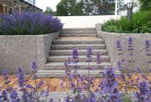 Inspirasjon VELKOMMEN GRANITENTRÉ / Design din egen trapp i granitt. Med disse enkle trappeelementene lager du lett små trapper i hagen eller trapp til inngangspartiet. Trappeelementene finnes i fire lengder med grovt hugget front og flammebehandlet overside.