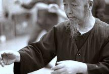 Cheng Man Ching / Cheng Man Ching, (鄭曼青, 郑曼青, Zhèng Mànqīng), né le 29 juillet 1901 à Yongjia (Chine) et mort le 26 mars 1975 à Taïwan, est un maître de tai chi chuan, disciple du célèbre Yang Chengfu.