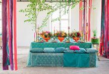 Bröllopsinspiration: Färgstarkt / Låt bröllopet bokstavligen explodera i färg för en orientalisk och personlig känsla. Här får blommorna ta mycket plats och ju mer färg desto bättre.
