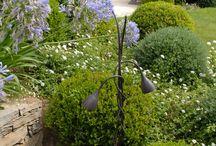 Tuteurs / Les tuteurs sont des éléments verticaux qui permettent d'y hisser les luminaires JPW tels des plantes grimpantes. Ils peuvent être façonnés à partir de tube de cuivre ou en ferronnerie d'art.