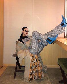 The most gorgeous street style moment from Paris Couture Fashion Week 2018 Gigi Hadid. Fashion Killa, Look Fashion, Korean Fashion, High Fashion, Fashion Outfits, Womens Fashion, Fashion Trends, Retro Fashion, How To Pose