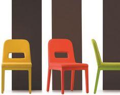 Sedia ristorante Polo, sobria, leggera e colorata, con sedile e schienale imbottiti. Sedia ristorante con gambe in massello, in rovere sbiancato o laccato.