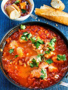 Tomaattinen kala-katkarapupata | Reseptit | Anna.fi Chili, Curry, Anna, Ethnic Recipes, Food, Curries, Chile, Essen, Meals