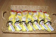 Traktatie bij afscheid kinderdagverblijf: 'ik stap op' schoentjes (gekopieerd van bouwplaat die bij de  supermarkt uitgedeeld worden met sinterklaas) met zakje snoepjes of popcorn en dichtgestrikt met een aardbeien- of dropveter