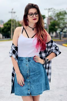 Meninices da Vida: Look: Saia jeans, camisa xadrez e strappy bra. www.meninicesdavida.com.br