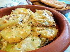 Esta receta pertenece al blog La cocina de Pedro y Yolanda. Las patatas son una excelente guarnición y un primer plato fácil de comer. Si hay algo que me gusta de esta receta es la cremosidad de las patatas. Cocinadas a fuego lento y con el toque de leche, me...