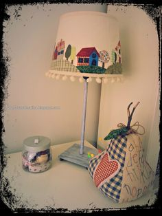 Cosas de Catina - Lámpara patchwork country New Crafts, Diy Home Crafts, Arts And Crafts, Decorate Lampshade, Country Lamps, Craft Stalls, Mosaic Flowers, Quilting Room, Country Paintings