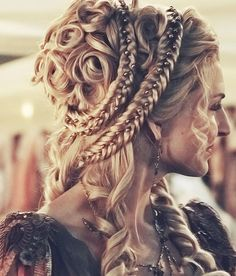 Box braids in braided bun Tied to the front of the head, the braids form a voluminous chignon perfect for an evening look. The glamorous touch: mix plum, caramel and brown locks. Box braids in side hair Placed on the shoulder… Continue Reading → Renaissance Hairstyles, Steampunk Hairstyles, Victorian Hairstyles, Historical Hairstyles, Vintage Hairstyles, Pretty Hairstyles, Braided Hairstyles, Wedding Hairstyles, Fantasy Hairstyles
