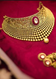 Indian Wedding Jewelry, Indian Wedding Outfits, Bridal Jewellery, Indian Bridal, Gold Jewellery, Jewelery, Jewelry Necklaces, Designer Jewelry, Jewelry Design
