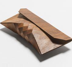 """Wie ich neulich gelernt habe, heißen diese kleinen Täschchen einfach """"Clutch"""". Und genau diese gibt es auch komplett aus Holz. Durch ein geometrisches Design wird der Tasche Flexibilität verliehen. Schließlich will man ja auch ein, zwei Dinge darin verstau"""