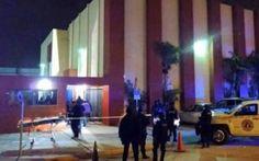 Una granada explotó la noche del miércoles en lasinstalaciones de Televisa Matamoros, Tamaulipas,causando daños materiales, este es el segundo atentado en el año para la televisora. Según fuentes extraoficiales, la granada de fragmentaciónfue arrojada desde una camioneta a las23:15 horas y los agresores lograron huir sin ser detenidos. Elementos federales y estatales resguardan el […]