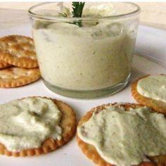 Receita de Patê de azeitona - 1 lata de creme de leite, 1/4 xícara (chá) de azeitona verde picadas sem caroço, 1 envelope de creme de cebola