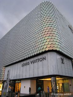 Galleria by tiramisu_addict, via Flickr Alejandro: Fachada de Louis Vuitton emulando la piel de un reptil en color plateado.