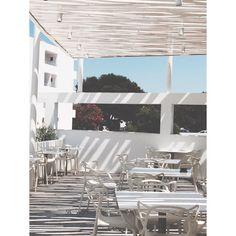 iS travel ~ Masters in white #kartell #kartellmasters #philipestarck #design #hotel #travel #interiordesign #interior #blancohotel #formentera