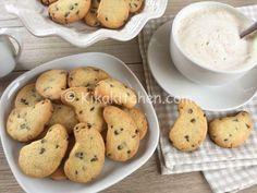 I biscotti con gocce di cioccolato sono fragranti biscotti di pasta frolla arricchiti con golose gocce di cioccolato fondente. Facilissimi.