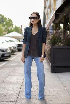 Jeans acampanados con blusa negra y saco