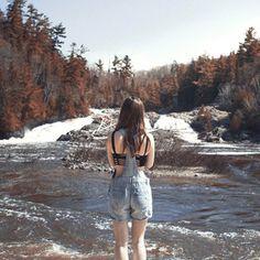 Jonathan Moyal je mladý francouzský fotograf, který společně se svou přítelkyní cestuje nejrůznějšími zeměmi a fotí jak ji, tak působivé krajiny,...