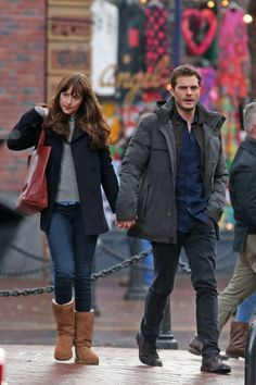 Jamie Dornan & Dakota Johnson Hold Hands to Reshoot 'Fifty Shades' After the Rain: Photo Jamie Dornan and Dakota Johnson hold hands while re-shooting some scenes for their film Fifty Shades Darker on Monday (March in Vancouver, Canada. Christian Grey, Anastasia Steele Outfits, Anastasia Grey, Dakota Style, Dakota Johnson Style, Dakota Jhonson, Fifty Shades Series, Fifty Shades Movie, Jamie Dornan