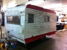 DIY Vintage Camping Trailer (Before and After) Vintage Rv, Vintage Caravans, Vintage Travel Trailers, Vintage Campers, Vintage Airstream, Camper Renovation, Camper Remodeling, Caravan Renovation Before And After, Old Campers