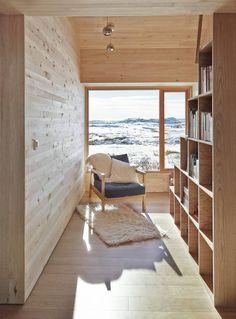 Hytte i Ål ved Vesle Bergsjø, 1100 moh. Arkitekt er Torbjørn Tryti. Bildet viser biblioteket som har fått store vinduer hvor du kan se den fantastiske utsikten over fjellheimen.