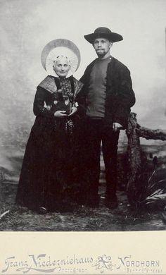 Echtpaar in Breklenkamper dracht. Deze foto is omstreeks 1870-1880 gemaakt door fotograaf Franz Niederniehaus uit Nordhorn. Op de achterkant staat in potlood aangetekend: Costuum Brekelenkamp Overijssel. Het afgebeelde echtpaar vestigde zich op de Frensdorfer Haar. Waarschijnlijk gaat het om een trouwfoto, gelet op het feit dat de vrouw een pronkmuts draagt voor uit de rouw, in combinatie met een zonhoed en een effen batisten muts over een stevige katoenen ondermuts.