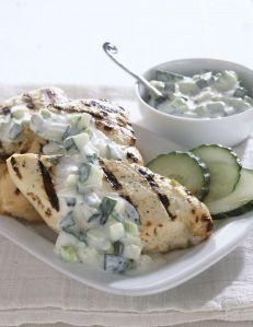 Pollo a la brasa con salsa de yogur griego y pepino.  Una saudable y deliciosa receta de Siempre Mujer