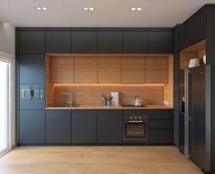 Cores sólidas e madeirado! Requadro em madeira com o armário superior recuado e detalhe em led. Super elegante.