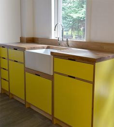 New kitchen wood yellow white cabinets ideas Kitchen Furniture, Kitchen Interior, Kitchen Decor, Kitchen Ideas, Plywood Furniture, Modern Kitchen Sinks, New Kitchen, Kitchen Yellow, Yellow Kitchen Cabinets