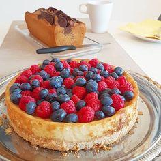 Veganer Ksekuchen mit frischen Beeren und Marmorkuchen zum Kaffee
