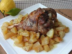 Il cosciotto di tacchino al forno con patate è un secondo piatto sontuoso e scenografico perfetto per i menù dei giorni di festa o per un pranzo importante.