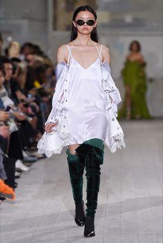 Guarda la sfilata di moda Y/Project a Parigi e scopri la collezione di abiti e accessori per la stagione Collezioni Primavera Estate 2017.