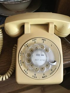 Old Telephones and Party Lines, Heart of the Community Alte Telefone und Festnetzanschlüsse, Herz der Gemeinschaft Vintage Phones, Vintage Telephone, Phone Background Patterns, Phone Hacks, Healthy People 2020 Goals, Phone Photography, Healthy Living Tips, Landline Phone, Vintage Items