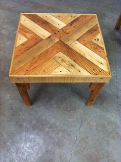 DIY Chic Pallet Coffee Table with Triangle Tessellation – 101 Pallets Pallet Walls, Pallet Furniture, Rustic Furniture, Woodworking Projects Diy, Wood Projects, Pallet End Tables, Plywood Design, Dining Table Design, Coffe Table