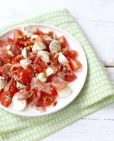 Deze frisse salade met mozzarella en parmaham is een fijn bijgerecht bij een pasta met tomatensaus, bij een brunch of bij de barbecue. Eet het op een toastje, een blaadje sla (gevouwen tot een taco) een stokbroodje of zo los.…