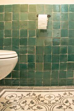 Zellige tegels voor in het toilet. Zo geef je je toilet sfeer en karakter.  #zellige #tegels #design #designtegels #toilet #wc