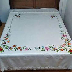 This Pin was discovered by Züh Hand Embroidery Patterns, Cross Stitch Embroidery, Machine Embroidery Designs, Bed Sheet Curtains, Bed Sheets, Crochet Bedspread, Crochet Tablecloth, Friends Sketch, Bed Cover Design