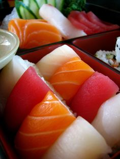 Craving: nigiri sushi and sashimi Sushi Lunch, My Sushi, Best Sushi, Sushi Food, Nigiri Sushi, Desserts Chinois, My Favorite Food, Favorite Recipes, Japanese Food Sushi
