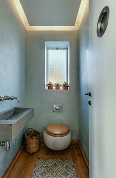 Designing a guest toilet - 16 nice ideas for a small toilet guest bathroom-design-small-rustic wooden floor-toilet seat-wood-pattern carpet Small Toilet Room, Guest Toilet, Downstairs Toilet, Bad Inspiration, Bathroom Inspiration, Bathroom Ideas, Diy Bathroom, Serene Bathroom, Bathroom Pink