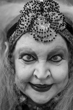 A atriz Elke Maravilha fotografada em preto e branco por Gustavo Scatena em 2009