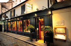 Paris 6e - Le Procope  (13, rue de l'Ancienne-Comédie)  l'un des plus anciens cafés-restaurants de Paris. Établissement racheté en 1686 par le sicilien Francesco Procopio dei Coltelli (nom francisé en François Procope-Couteaux) et ouvert en 1689. Café d'artistes et d'intellectuels. Au 18eme siècle, il était fréquenté par Voltaire, Diderot et d'Alembert. Il reste longtemps un lieu de rencontre d'écrivains et d'intellectuels (Musset, Verlaine, Anatole France), d'hommes politiques (Gambetta).