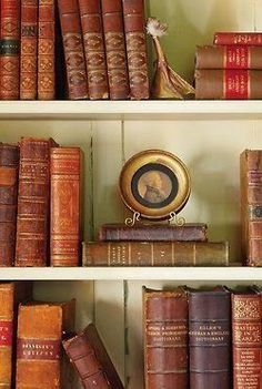 The Polo House: Leather bound books - Traditional Style Decor Details Old Books, Antique Books, Vintage Books, Library Shelves, Organizing Bookshelves, Bookshelf Plans, Bookshelf Design, Book Shelves, English Country Decor