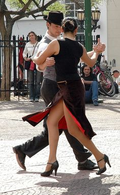 Buenos Aires tango in Plaza Dorrego San Telmo .... Sexy, hot, and I wish I could!!