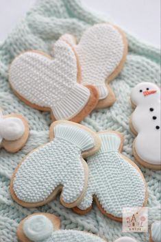 (Video) How to Pipe Royal Icing Cable Knit Mitten Cookies ~ Sweetopia Date Cookies, Iced Cookies, Cut Out Cookies, Cookies Et Biscuits, Owl Cookies, Christmas Sugar Cookies, Holiday Cookies, Christmas Baking, Holiday Desserts